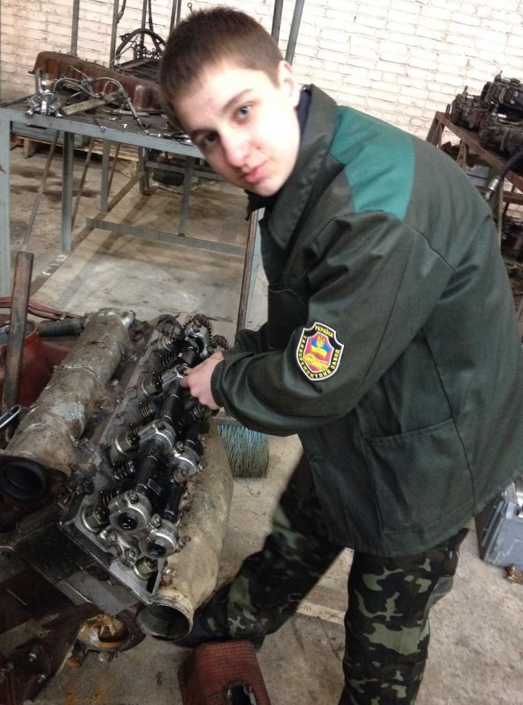 ДП «Львівський БТЗ» - студент Галасюк В. регулює теплові зазори двигуна.