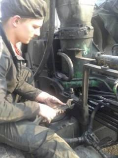 ФОП «Фостяк О.Я» Фостяк Ярослав затягує стрем'янки кріплення крану-маніпулятора ATLAS до шасі автомобіля КАМАЗ 55102.