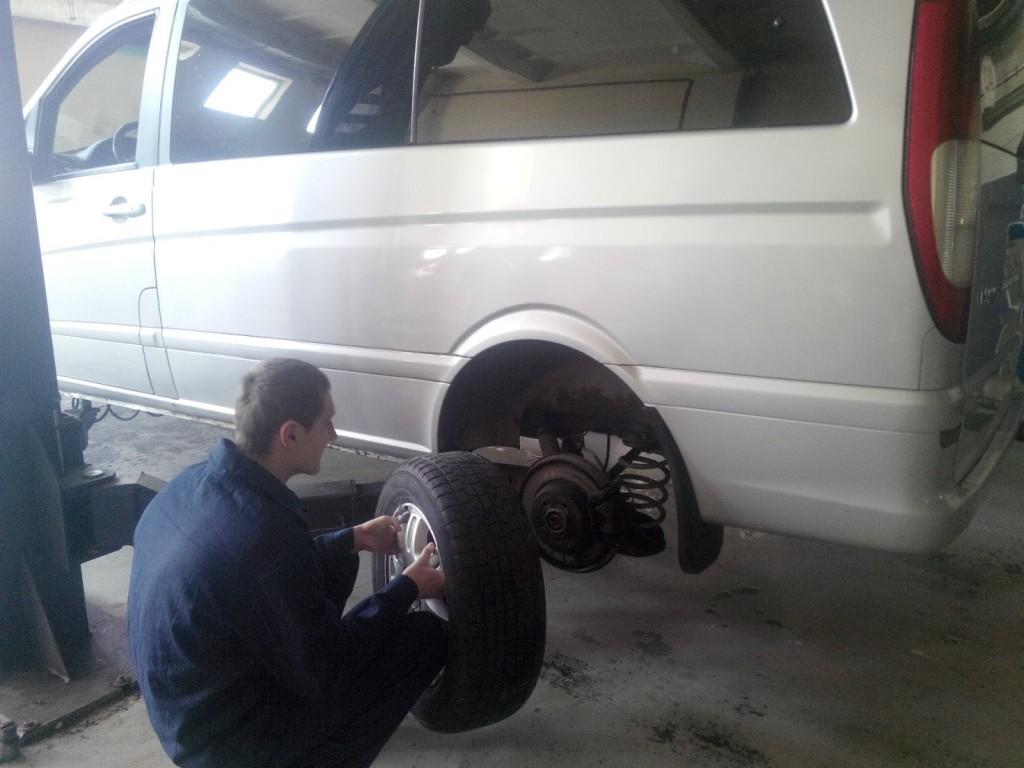 Студент Наливайко В. проводить демонтаж колеса.