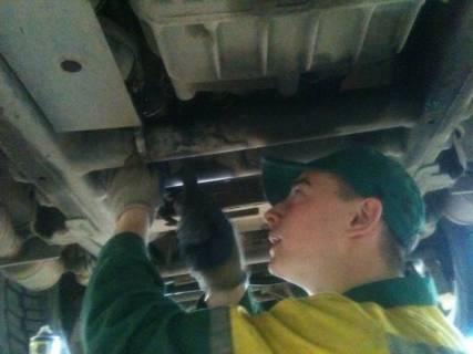 ТзОВ «Західно Український Автомобільний Дім» Мазур Йосип проводить заміну оливи в коробці передач автомобіля Mercedes G 55 AMG.
