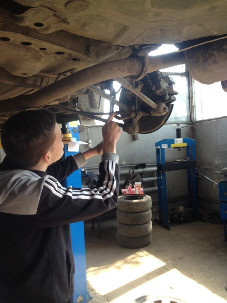 Студент Козоріз О.М. проводить діагностику ходової частини автомобіля.