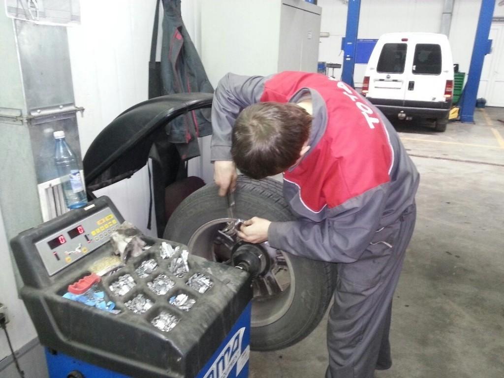 ТзОВ «Дністер-Сервіс» Кожан Іван проводить балансування колеса автомобіля HYUNDAI TUCSON.