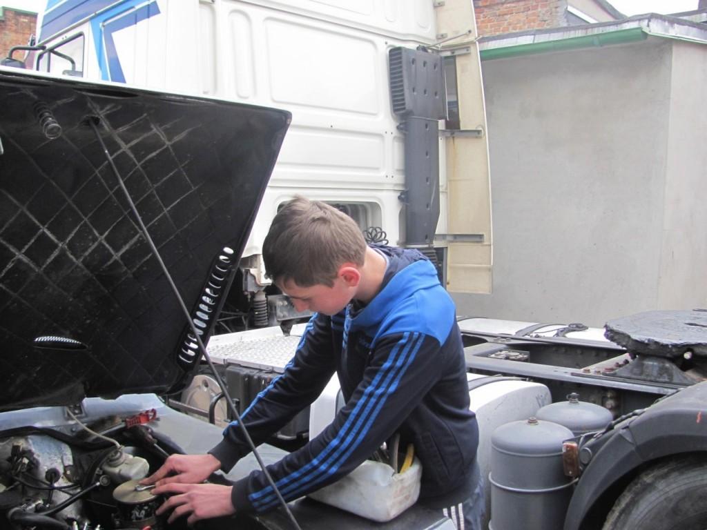 ТзОВ «Галмод» Філь Роман проводить демонтаж насоса гідро підсилювача керма.