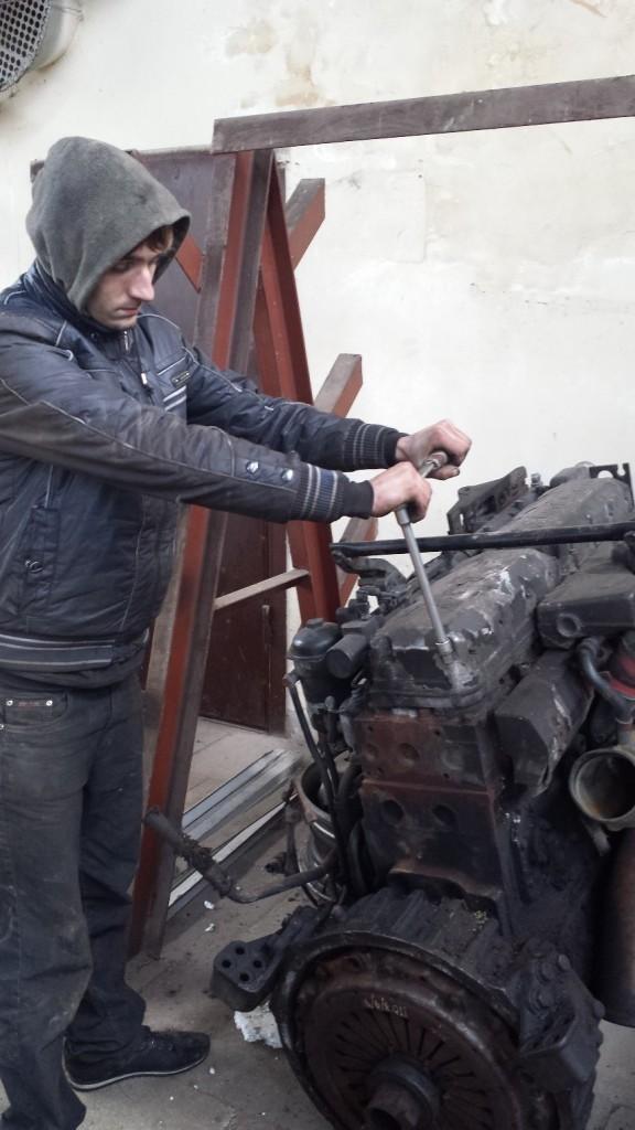 Студент Максимців С. проводить демонтаж клапанної кришки.