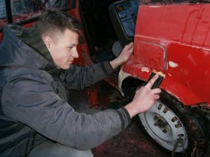 Студент Хоміцький Назар проводить підготовку автомобіля до фарбування.