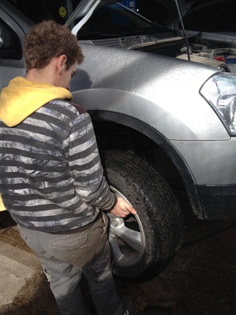 Студент Лещук Ю.В. проводить демонтаж колеса.