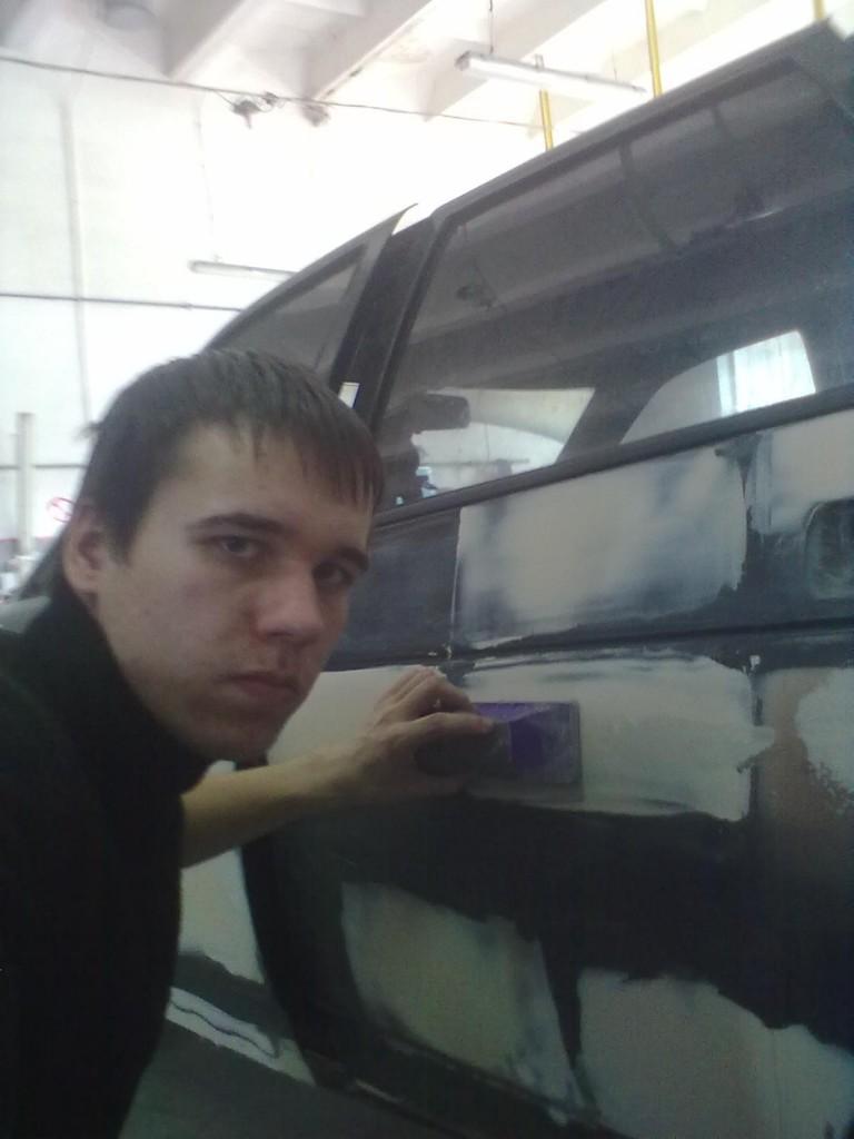 Студент Репетило С. проводить шпаклювання кузова автомобіля.