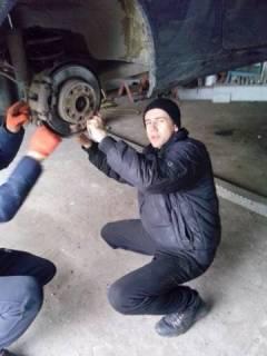 Студент Варениця Андрій на виконує заміну кулькової опори.